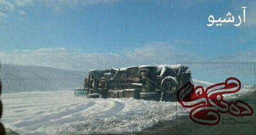 2 مصدوم در واژگونی کامیون
