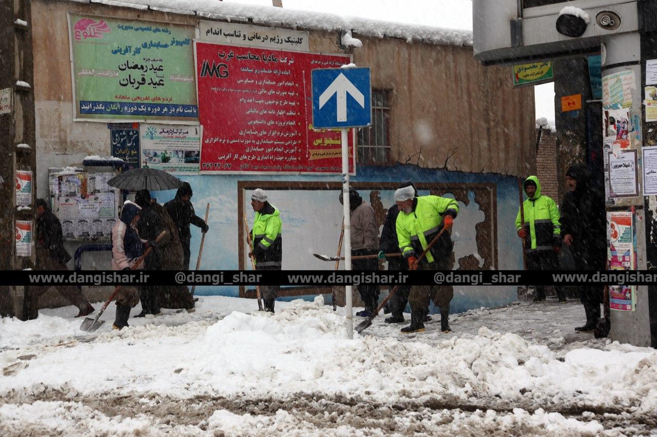 منصف باشیم/ فشار55 سانتیمتری برف بر دوش 150 نفر از کارگران شهرداری
