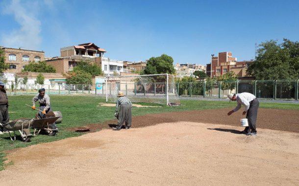 بازسازی و بذرکاری زمین چمن تختی با حضور رئیس اداره ورزش و جوانان شهرستان سقز